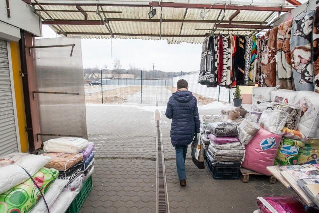 Niedawno z targowiska na Tatrzańskim zniknęły dwa rzędy pawilonów