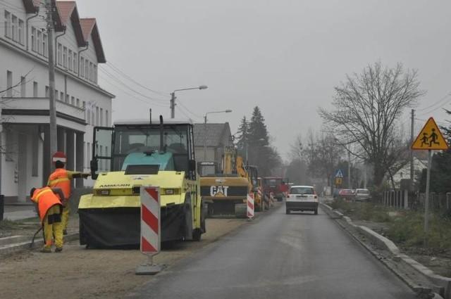Na Opolszczyźnie nie buduje się nowych dróg krajowych tylko remontuje stare. Na zdjęciu prace na odcinku DK 42 i 45 w Gorzowie Śl.