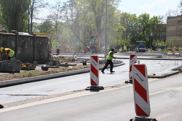 Budowa ronda przy Dozamecie w Nowej Soli wchodzi w kolejny etap. Od przyszłego tygodnia kierowcy muszą szykować się na zmiany ruchu w tym miejscu.