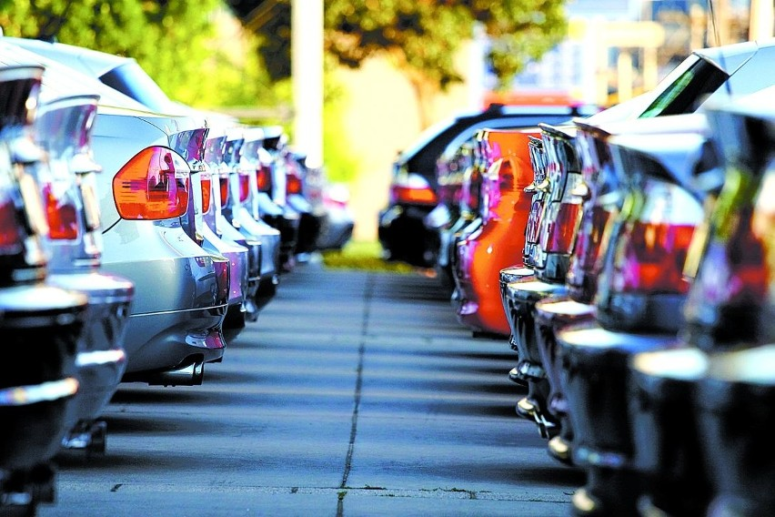 W USA giganci motoryzacji proszą o rządowe wsparcie, w Europie fabryki mają przestoje w produkcji, a w Polsce... rośnie sprzedaż samochodów