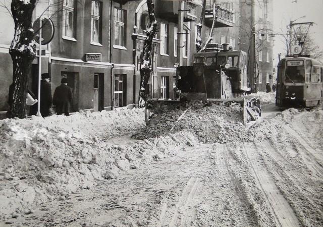 Na początku 1979 roku całą Polskę zaatakowała zima stulecia. Na poznańskie ulice musiał wyjechać ciężki sprzęt budowlany. Kilkunastostopniowy mróz i obfite opady śniegu sparaliżowały kraj. Wojewoda poznański ogłosił stan klęski żywiołowej. Przejdź dalej i zobacz kolejne zdjęcia --->