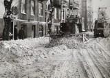 Zima stulecia w Poznaniu. W 1979 roku ulice miasta odśnieżały koparki i spychacze, pomagali też żołnierze [ZDJĘCIA]