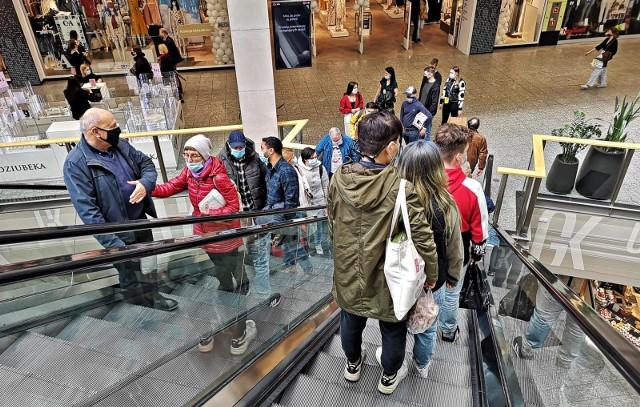Badania potwierdzają, że klienci nie chcą rezygnować z zakupów stacjonarnych.