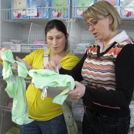 Małgorzata Nowak pokazuje wyprawkę Dariusz klientce Małgorzacie Wojciechowskiej, która w listopadzie spodziewa się synka
