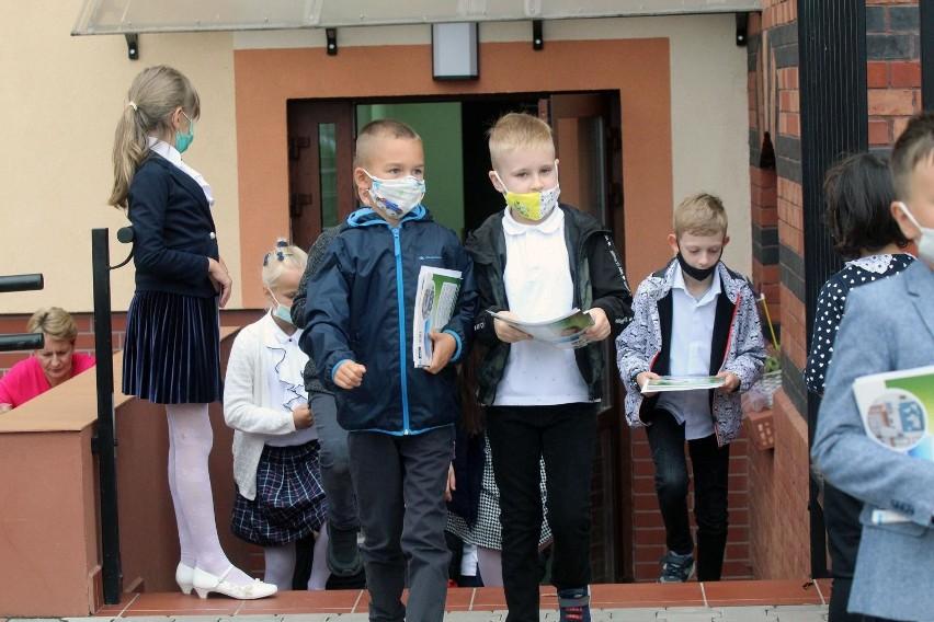 W poniedziałek ok. 60 tys. uczniów klas I-III w szkołach...