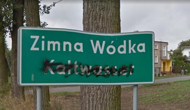 Chyba każdemu zdarzyło się, że jadąc przez Polskę, przecierał oczy ze zdziwienia na widok niektórych nazw miejscowości. Szczególnie wśród wsi i małych miasteczek nie brakuje takich, które robią wielkie wrażenie. Wybraliśmy dla Was 50 najśmieszniejszych. Widząc te znaki, nie można się nie uśmiechnąć.Kolejna miejscowość-->