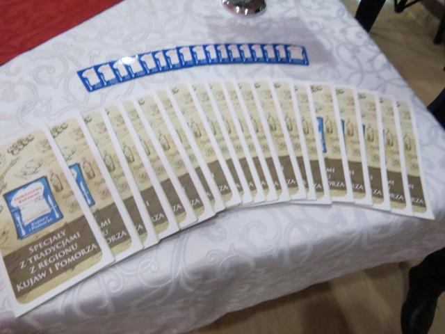 """W Klinice Uzdrowiskowej """"Pod Tężniami"""" im. Jana Pawła II w Ciechocinku dziesięć podmiotów gospodarczych (przetwórcy, producenci, restauratorzy) otrzymało certyfikaty Kulinarnego Kujawy i Pomorze, stając się członkami regionalnej sieci:Dziedzictwo Kulinarne Kujawy i Pomorze. Sieć ta stanowi część Europejskiej Sieci Regionalnego Dziedzictwa Kulinarnego. Posiadacze certyfikatów mają prawo oznaczać swoje produkty prestiżowym logo, przedstawiającym białą kucharską czapkę na niebieskim tle. Do grona posidaczy certyfikatów dołączyli: Zajazd przy Kominku w Głęboczku, Cukiernia, Handel Usługi Ilona Zmudziejewska w Koronowie, Bax-Pol Henryk Bartoszewicz, właściciel hotelu Dworek Wapionka i restauracji Karczma Młyn, BSMGroup Bistro Klonowica w Toruniu, Winnic Przy Talerzyku Wiesław Jasiński w Topolnie, PPHU Eksport-Import """"Martina"""" Walczak Mirosław w Żninie, Klinika Uzdrowiskowa """"Pod Tężniami"""" im. Jana Pawła II w Ciechocinku, PPHU Agromlecz Sp. z o.o. w Lipnie, Pasieka Rodzinna Jacek i Tomasz Paul w Gniewkowie i PPH-U Kwiecińscy Spółka Jawna w Bożejewiczkach."""