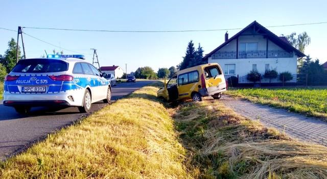 W Kowalewie Pomorskim na ul. 1 Maja z niewyjaśnionych przyczyn, kierujący stracił panowanie nad pojazdem i wypadł z drogi