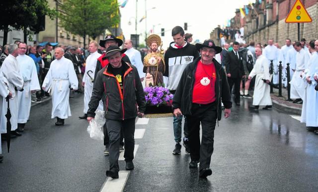 Tradycyjną częścią pielgrzymki jest procesja z obrazem Matki Bożej Piekarskiej z bazyliki na Kalwarię