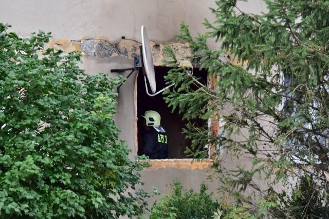 Dziś nad ranem w mieszkaniu na parterze budynku wielorodzinnego w Karczynie wybuchł pożar. Dzięki szybkiej reakcji sąsiadów lokatorzy (cztery osoby dorosłe i troje dzieci) w porę opuścili lokal. Na miejsce przybyło 9 jednostek straży pożarnej. Kilkunastu mieszkańców bloku zostało ewakuowanych. Pożar został ugaszony. - Mieszkanie jest mocno uszkodzone. Całkowicie zniszczone zostało jedno z pomieszczeń - relacjonuje Artur Kiestrzyn, rzecznik prasowy inowrocławskiej straży pożarnej. Jak informuje Izabela Lewicka-Woszczak z inowrocławskiej policji, prawdopodobną przyczyną pożaru było zaprószenie ognia. Pożar wybuchł w pokoju zamieszkałym przez dwóch braci w wieku 51 i 49 lat. Obaj byli nietrzeźwi. Jeden miał 2,74, a drugi aż 3,38 promila alkoholu w organizmie. Teraz trzeźwieją w policyjnym areszcie.Wkrótce więcej informacji.
