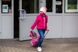 Najmłodsi wracają do szkół. Dzieci z różnych klas powinny nie mieć ze sobą kontaktu