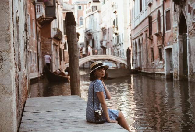 Cammy wyruszyła do Wenecji i od razu na blogu pojawiły letnie stroje. Nam spodobała się sukienka w kropki i słomkowy kapelusz.