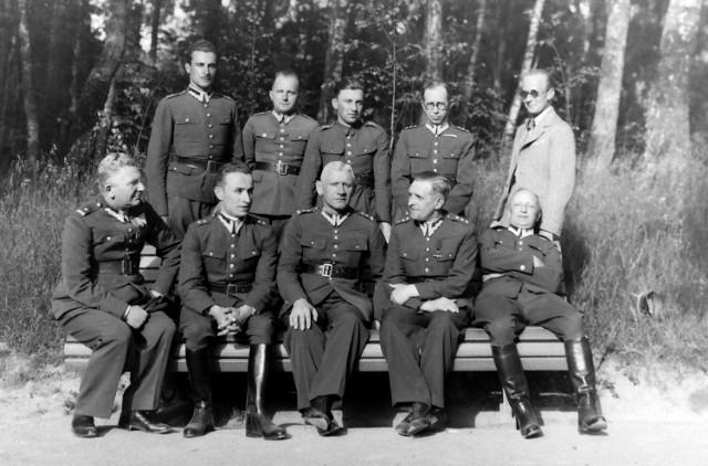 Porucznik Józef Nowina-Krasuski (ojciec znanego historyka Jerzego Krasuskiego) stoi w drugim rzędzie, trzeci od lewej