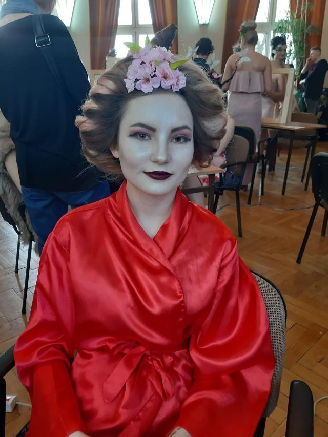 Zadaniem uczestników jest stworzenie stylizacji (fryzura, makijaż i kostium) dopasowanej do hasła przewodniego konkursu.