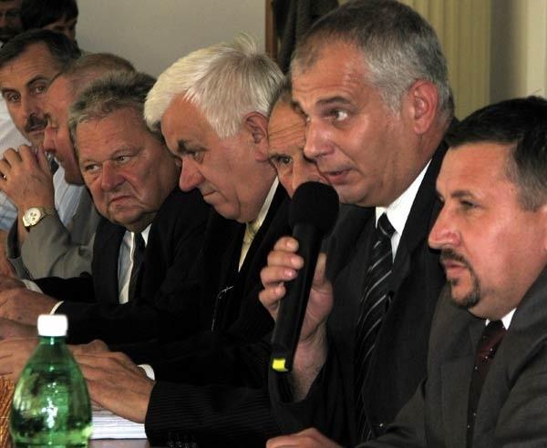 Jerzy Gągała (z mikrofonem): - Miasto nie ma budżetu. Radni powinni ponieść konsekwencje i zrezygnować ze swoich diet do końca kadencji