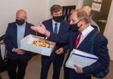 Włodzimierz Tomaszewski dostał tort zamiast dokumentów. Tort na 11 rocznicę odwołania prezydenta Kropiwnickiego i jego ekipy