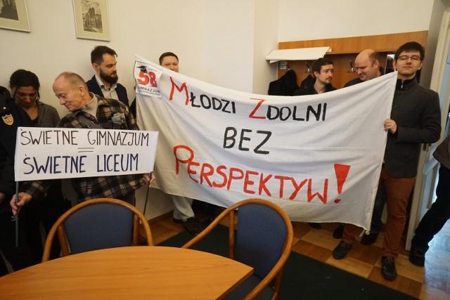Pod koniec lutego rodzice i nauczyciele z Gimnazjum nr 58 protestowali w Urzędzie Miasta. Radni zgodzili się na ich propozycję