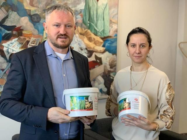 Od lewej: Stefan Sikora, właściciel Gospodarstwa Rolnego Sikora i spółki BIO-MED, oraz Aldona Sikora, pełnomocnik do spraw Systemu Zarządzania Środowiskowego w przedsiębiorstwie.