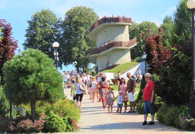Muszyna coraz bardziej zaczyna się liczyć na turystycznej mapie Małopolski. Do sądeckiego uzdrowiska przyciągają gości m.in. słynne ogrody sensoryczne i tematyczne