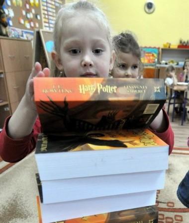 """Przedszkolaki jeszcze nie potrafią czytać, ale Lena Kaniowska z przejęciem przygląda się okładce ostatnich 50 egz. książki, które zabierają ze sobą dziennikarze """"GL"""", żeby rozdać innym, trochę starszym dzieciom"""