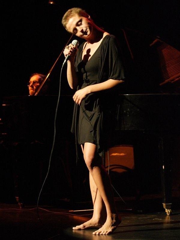 Natalia Sikora podczas koncertu inaugurację sezonu w Ośrodku Teatralnym Rondo w Słupsku. Przy fortepianie Piotr Proniuk.