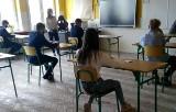 Egzamin ósmoklasisty 2021 w Starachowicach. W szkole numer 10 język polski pisali dłużej [ZDJĘCIA]