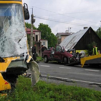 - Przypuszczam, że kierowca citroena zasnął za kierownicą - mówi szofer z autobusu. - Tak nagle zjechał na mój pas, że nie było ratunku.