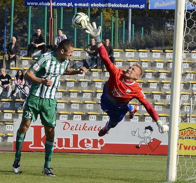 Grudziądzcy piłkarze (na zdjęciu w biało-zielonej koszulce Michal Piter-Bucko) zmarnowali w starciu ze Stomilem wiele wybornych sytuacji. Kapitalnie spisywał się bramkarz Stomilu Piotr Skiba