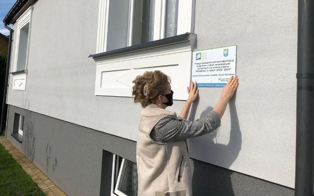 Są już widoczne pierwsze efekty gminnego programu dotacji dla mieszkańców przy wymianie pieców i termomodernizacji mieszkań.
