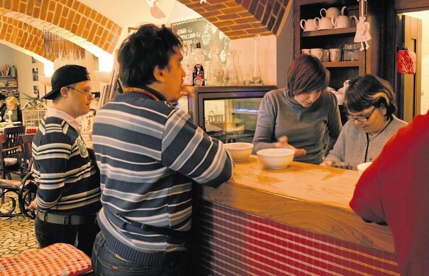 Podopieczni PSOUU już przygotowują się do pracy w kawiarni. W poniedziałek uczyli się jak przyjąć zamówienie, jakie są rodzaje kaw oraz w jaki sposób je przygotować
