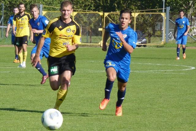 Aleksander Karbowiak (z prawej) podczas jesiennego meczu przeciwko Gryfowi Wejherowo.