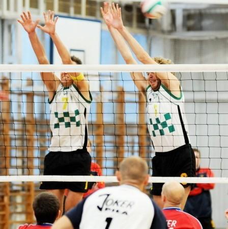Do bloku skaczą Wojciech Lis (z lewej) i Piotr Przyborowski. Na pierwszym planie akcji przygląda się Dariusz Krajewski.