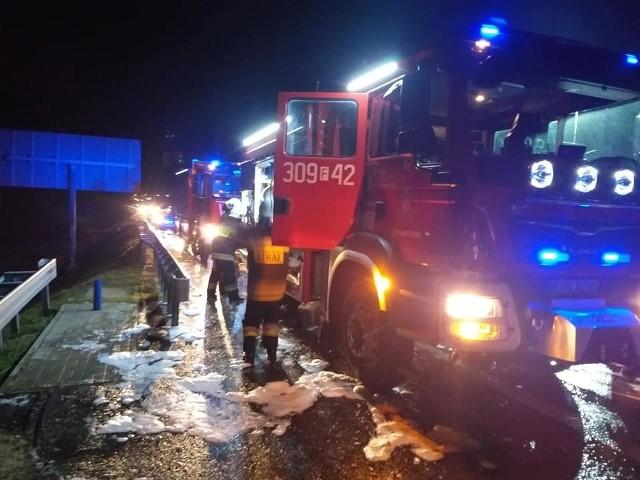 Do pożaru naczepy na trasie S3 w okolicy Gorzowa doszło około godz. 3.00 w nocy w poniedziałek 12 sierpnia. Na miejsce zdarzenia wysłano cztery zastępy strażków: z państwowej straży pożarnej oraz ochotników (OSP Santocko i OSP Lubno).Podczas tej akcji szczególnie liczył się czas. Niestety, ale podczas pożaru przyczepy przewożącej indyki, część ptaków spaliła się. - Po przybyciu na miejsce zdarzenia zabezpieczono teren działań i podano prąd gaśniczy w natarciu na palącą się przyczepę. Pożar szybko ugaszo lecz części ptaków nie udało się uratować - informują strażacy ochotnicy z OSP Santocko.WIDEO:Pożar składowiska opon przy strzelnicy w Wojcieszycach