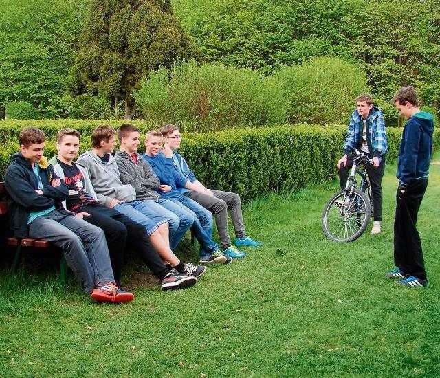 Gimnazjaliści w parku spotykają się po lekcjach