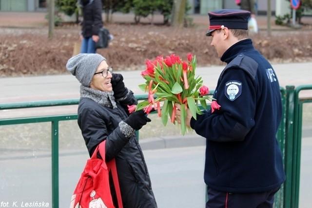 """""""Księżniczka"""" będzie kursować w niedzielę, 8 marca, w godzinach od 11 do 15, a na przystankach pracownicy MPK Poznań będą rozdawać napotkanym poznaniankom kwiaty."""