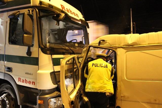 W czołowym zderzeniu busa i tira na Zgierskiej w Łodzi ranny został kierowca furgonetki