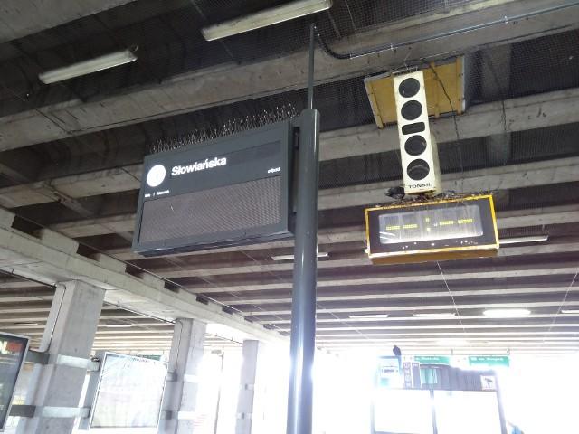 """Przystanek tramwajowy """"Słowiańska"""" w kierunku pętli Sobieskiego. Problem niedziałających tablic należy od razu zgłaszać do MPK."""