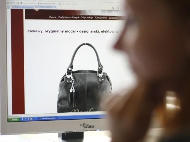 Rosnące zainteresowanie internetowymi zakupami mocno daje się we znaki tradycyjnym sklepom. W sieci bowiem ceny są niższe.