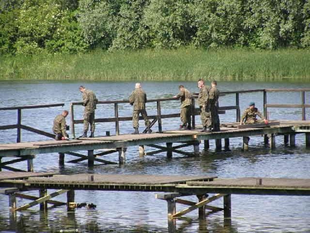 Żołnierze z chełmińskiej jednostki wojskowej odbudowują pomost na jeziorze w ramach współpracy z miastem