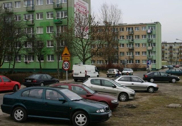 Przy ul. Władysława IV mieszkańcy auta zostawiają na trawniku.