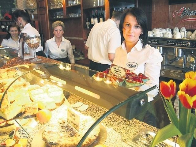 Marita Jakubowska (pierwsza z prawej) z cukierni Koch przy ul. Jagiellońskiej w Szczecinie jest zaniepokojona cenowym szaleństwem na słodkimrynku. Droższe wyroby w cukierni oznaczają mniej klientów.