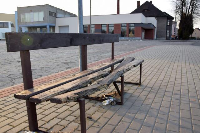 Zniszczone ławki niedawno zdemontowano. Z tyłu widać dawną poczekalnię, w której powstanie wytwórnia mozzarelli.