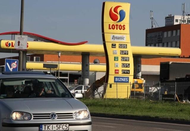 Za benzynę i olej napędowy płacimy wciąż więcej, bo rosną ceny ropy, podatki, a złoty wciąż traci na wartości. Fot. Dawid Łukasik