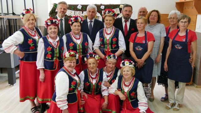 We wtorek (15.06) odwiedził je wojewoda podlaski Bohdan Paszkowski oraz dyrektor Wydziału Rolnictwa i Środowiska PUW Mirosława Jaroszewicz-Łojewska, by pogratulować dotychczasowego sukcesu i życzyć szczęścia w kolejnym etapie konkursu.