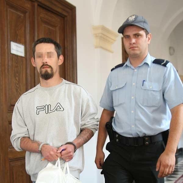 Michał M., doprowadzony z tymczasowego aresztu, próbował wczoraj przekonać sąd, by zwrócił akta sprawy prokuraturze. Jego zdaniem, prokuratura dopuściła się uchybień w śledztwie. Sąd jednak wniosek oddalił.