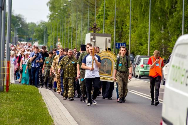 Kilkaset osób wyruszyło z Białegostoku do Zwierek. 3 maja przypada święto Męczennika Gabriela, patrona młodzieży. Jego relikwie do jesieni będą przechowywane w żeńskim monastrze w Zwierkach.
