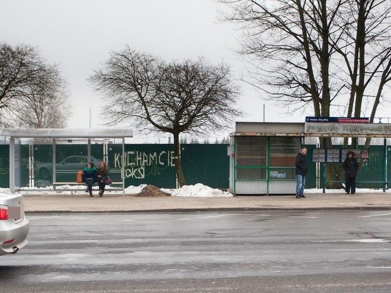 Stara wiata na przystanku przy ul. Szczecińskiej została zdemontowana. Podobny los spotka opuszczony kiosk.