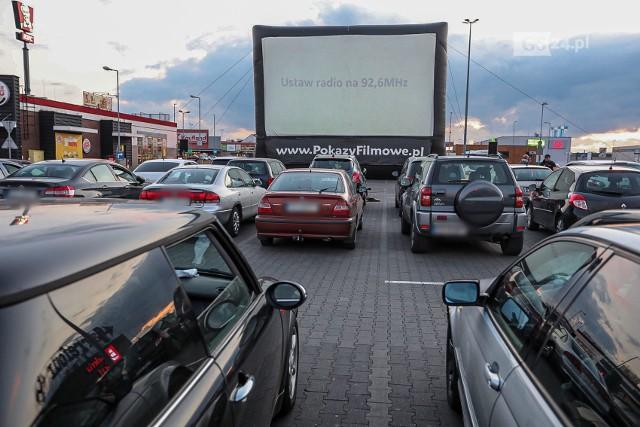 Kino samochodowe w Szczecinie przed Galerią Gryf