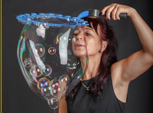 """pokaz """"Bubble Show - Przeźroczysta Iluzja"""" w wykonaniu Bożeny Kuli """"Pani Czasu"""": niesamowity świat baniek mydlanych"""
