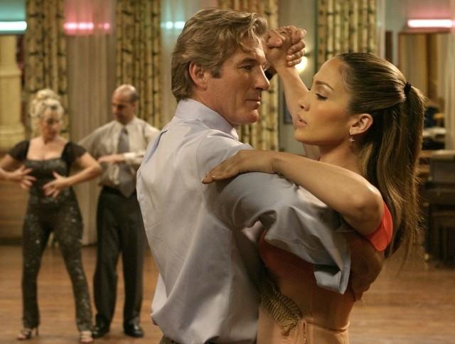 """Głównym bohaterem filmu jest John Clark (Richard Gere), prawnik z Chicago, mąż i ojciec dwójki dzieci. Mężczyzna podróżując codziennie kolejką z pracy do domu, widzi napis """"Szkoła tańca panny Mitzi"""". W końcu pewnego dnia, zaintrygowany pojawiającą się w oknie tancerką (Jennifer Lopez), wysiada z kolejki. Kieruje się do szkoły tańca i zapisuje się na lekcje. John zaczyna uczęszczać na kurs, odkrywa nową pasję, poznaje nowych ludzi i powoli odchodzi od monotonii życia. Żona Johna początkowo nie zauważa zmiany w jego zachowaniu. Dopiero po wpływem uwag córki baczniej przygląda się małżonkowi. Dochodzi do wniosku, że John ją zdradza. Postanawia zatrudnić detektywa.Plusem filmu jest jego muzyka i nietypowe, jak na tego typu produkcje, zakończenie. I oczywiście wspaniały Richard Gere!"""